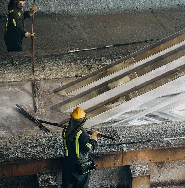 Galvanizing large metal poles